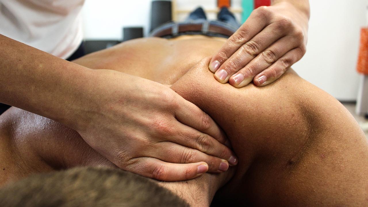Auch Massagen können bei Rückenschmerzen lindernd sein