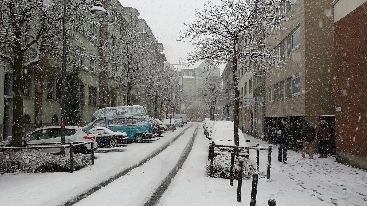 Im Winter muss bei einem Auto für Senioren zwischen Allwetterreifen und Winterreifen entschieden werden