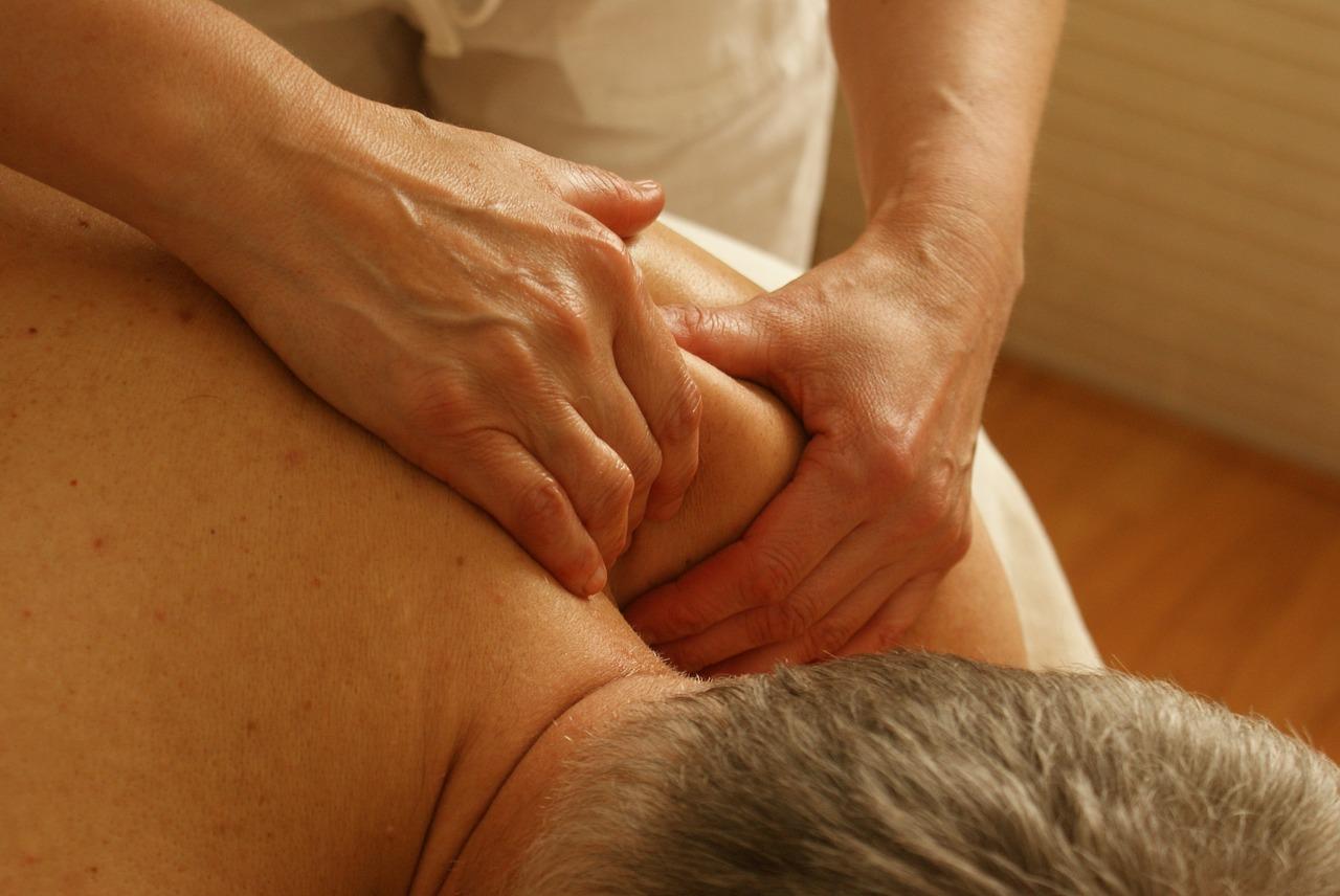 Eine Massage für Senioren hilft bei Verspannungen im Alter