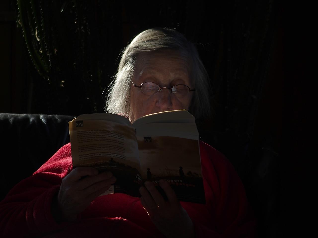 Lesehilfen sind für Senioren im Alter oft unausweichlich