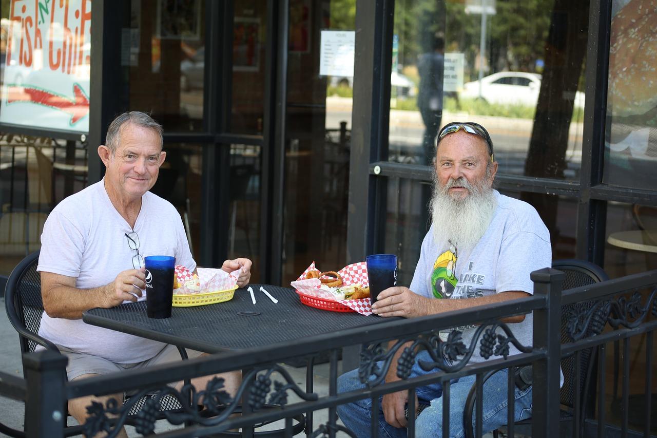 Fastfood ist im Alter in der Regel schädlich und hilft Senioren nicht beim Abnehmen